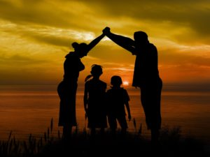 Familie im Sonnenuntergang